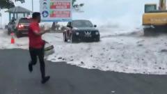 Очевидцы сняли на видео катастрофическое наводнение в Индонезии