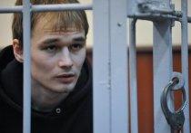 Одна из подсудимых по делу о нападении на офис «Единой России» Елена Горбань пришла в Головинский суд Москвы с огромной клетчатой сумкой, какие раньше таскали челноки