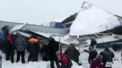 На Домбае сошла лавина: завалены снегом пункты проката и кафе