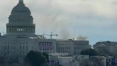 Очевидцы сняли на видео дым над зданием Капитолия