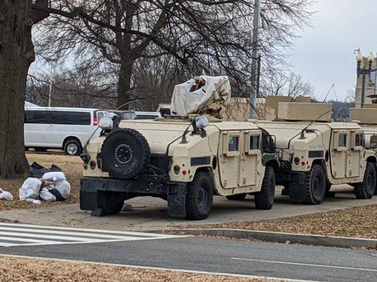 В столицу США перед инаугурацией нового президента прибывают войска: солдаты без оружия и бронетехника пушек