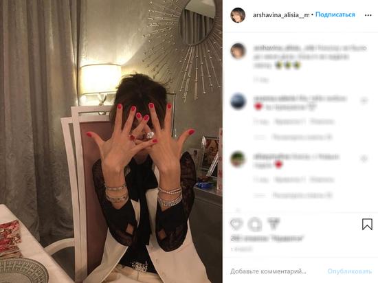 Бывшая официальная жена футболиста Андрея Аршавина Алиса Казьмина последнее время тщательно закрывала лицо на фото рукой
