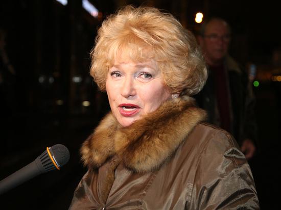 Пенсионный фонд России потребовал от члена Совфеда Людмилы Нарусовой вернуть 730 тысяч рублей, которые она получила в качестве надбавки к пенсии