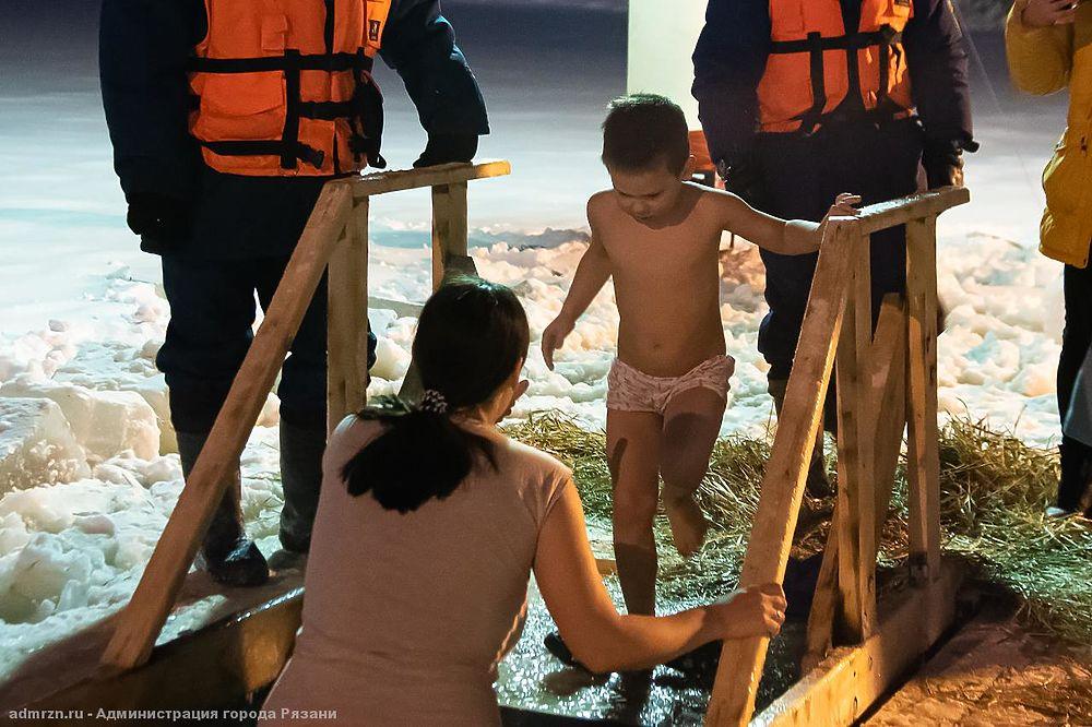 Крещение-2021: Как рязанцы окунаются в ледяную купель на Ореховом озере