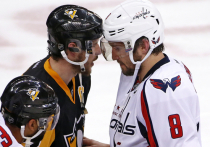 Календарь нынешнего сезона в НХЛ, с одной стороны, весьма странный, ведь команды будут играть только внутри своих дивизионов. Но он подарит нам уникальный шанс восемь раз лицезреть лучшее хоккейное противостояние в мире — Овечкин против Кросби. И может быть, наконец, выяснить — кто круче. Они уже начали, в воскресенье «Вашингтон» встречался с «Питтсбургом», и Александр открыл счет своим шайбам. «МК-Спорт» расскажет о том, почему в этом году мы можем по новому открыть для себя этих хоккеистов.