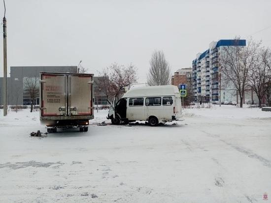 Водитель грузовика в Волжском врезался в маршрутку, пострадала пассажирка
