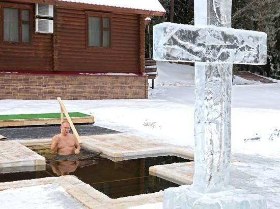 Пресс-служба Кремля распространила фотографии крещенских купаний, в котором принял участие президент России Владимир Путин