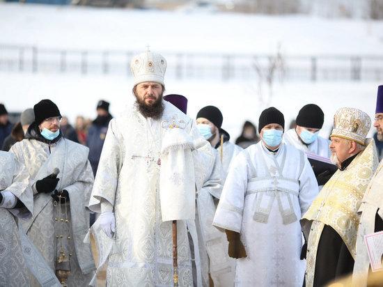 В Волгограде митрополит Феодор освятил воду в Волге