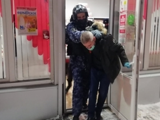 В Волгограде вооруженного грабителя в магазине задержал муж продавщицы