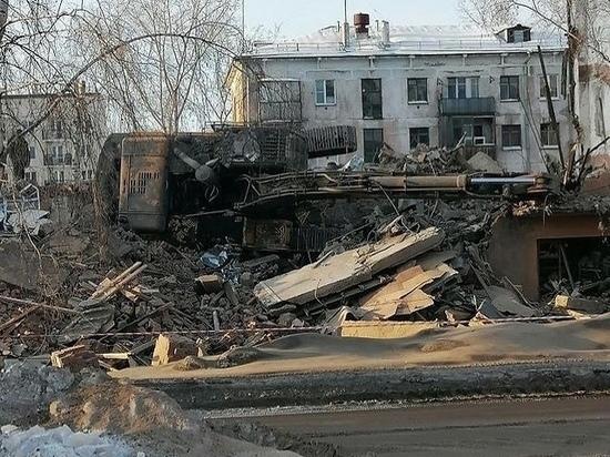 Экскаватор перевернулся при сносе дома в Новокузнецке