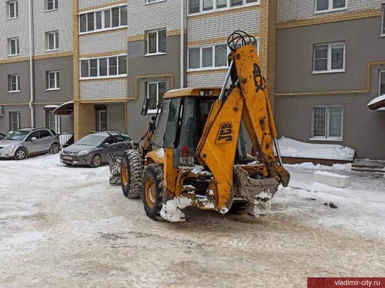 Сотрудники управляющих организаций Владимира очищают дворы от снега