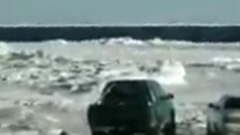 На Сахалине льдину с рыбаками унесло в море: тревожные кадры