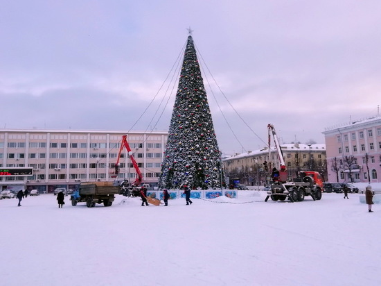 В Йошкар-Оле убирают главную новогоднюю елку