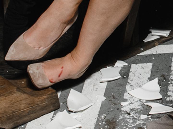 Фигуристка Гребенкина порезала ногу тарелкой на дне рождения
