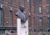 Утром 20 января петербургские СМИ облетела новость: местная прокуратура вынесла представление о сносе бюста башкирского учёного Ахмеда-Заки Валиди Тугана, поскольку он признан экстремистским