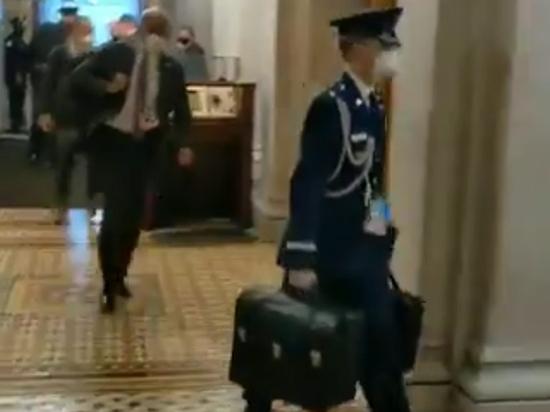 """Байдену принесли """"ядерный чемоданчик"""""""