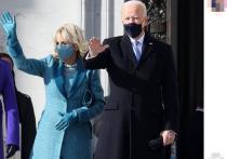 Новоиспеченная первая леди США Джилл Байден для инаугурации своего супруга Джо Байдена выбрала строгий костюм голубого цвета: изящное пальто до щиколоток, такое же приталенное платье