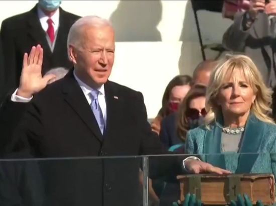 Избранный президент США Джо Байден принял присягу в ходе церемонии инаугурации под гром аплодисментов
