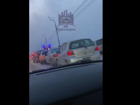 На Октябрьском мосту Красноярска столкнулись сразу 6 машин