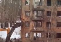 Жители одного из городов Кузбасса запечатлели на камеру опасный снос здания