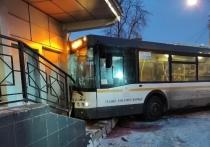 Водитель автобуса, врезавшегося в здание кинотеатра в подмосковной Электростали, не пострадал в результате ДТП