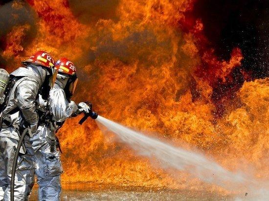 Автомобиль и хозпостройка сгорели в одном из городов Кузбасса
