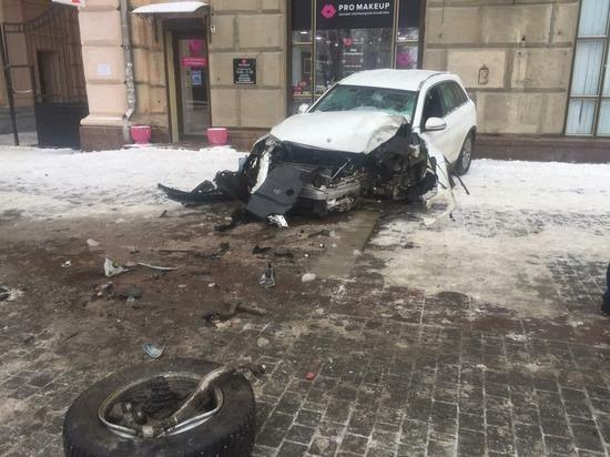 В центре Волгограда автомобиль вылетел на тротуар после ДТП