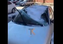 В Краснодаре десятки машин пострадали от падения снега и наледи