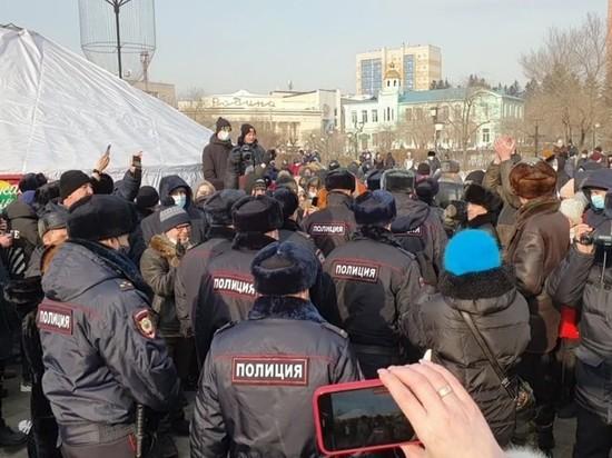 Митингующие читинцы встретили ОМОН аплодисментами