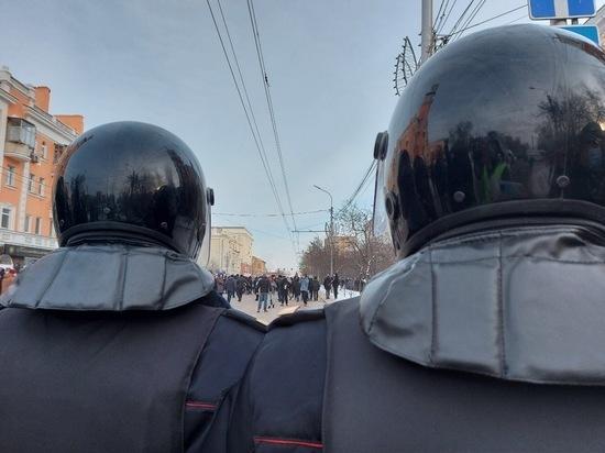 В Красноярске проходит шествие в поддержку политика Алексея Навального: трансляция события