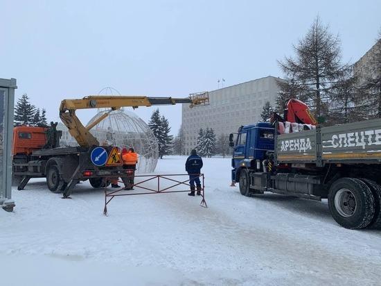 На площади Ленина в Архангельске ведётся демонтаж ёлки и других украшений