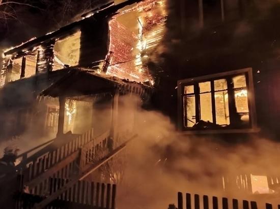 В Архангельске сгорел многоквартирный деревянный дом