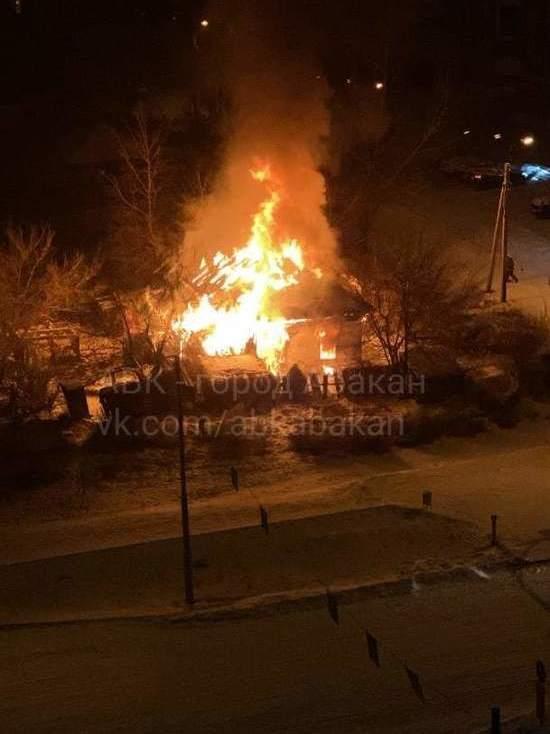 В Абакане сгорел дом