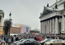 Протестующие сломали ограждения у Исаакиевской площади