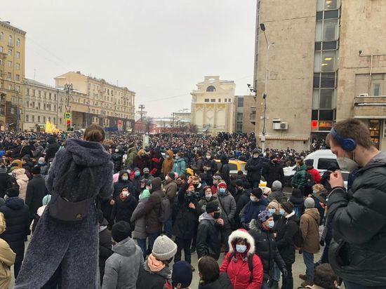 Врачи оказывают первую помощь пострадавшим во время несанкционированного митинга на Пушкинской площади. Предварительно травмы получили до 7 человек.