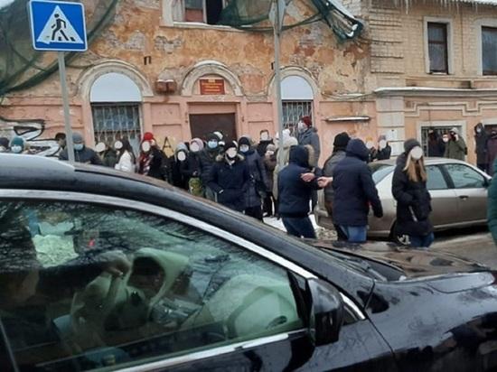 В Калуге несколько митингующих увели за руки