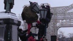 Человека сбросили с фонаря на Пушкинской: видео запрещенной акции