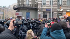 Участники запрещенной акции атаковали ОМОН в Москве: видео