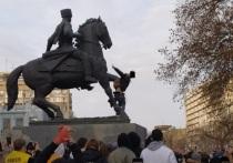 Казаки заявили, что спустивший на памятнике штаны краснодарец должен ответить по закону