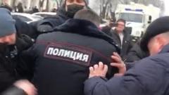 """В Костроме участники акции """"В защиту Навального"""" напали на полицию"""