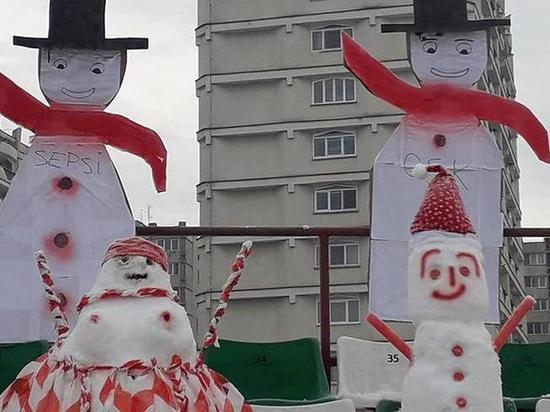 Румынские фанаты футбольного клуба слепили снеговиков-болельщиков