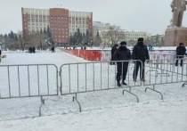 Территория возле памятника Ленину на центральной площади Читы 24 января обнесена ограждением, возле которого дежурят сотрудники полиции