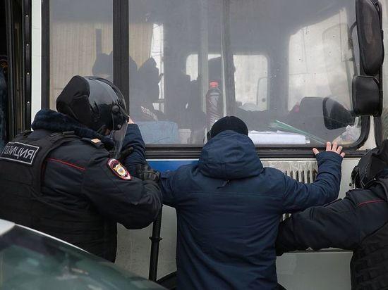 В Екатеринбурге силовиков закидали дымовыми шашками