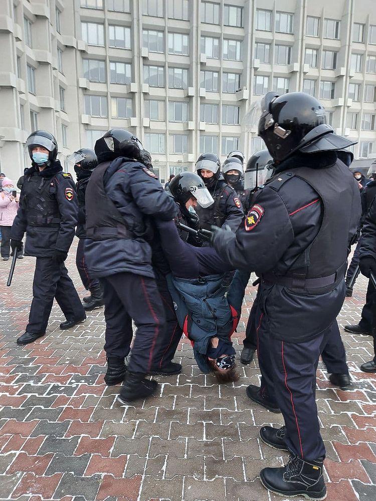Фоторепортаж: в Красноярске прошло шествие в поддержку Навального