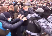 В Сети активно обсуждают видео с несанкционированного митинга в Москве, опубликованное Baza