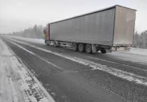 На Ямале 3 грузовика и микроавтобус попали в «морозный плен» на трассе