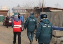 Сотрудники МЧС и добровольцы провели рейд по частному сектору в Читинском районе, в ходе которого в нескольких домах пожилых людей были бесплатно установлены автономные извещатили о пожаре