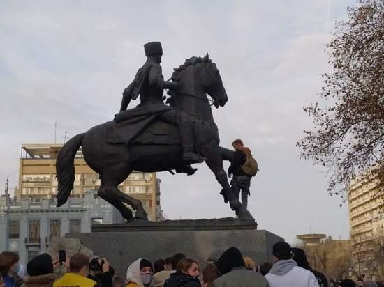 СМИ: спустивший на памятнике штаны краснодарец стал фигурантом уголовного дела