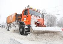 Дорожные службы Омска устраняют гололед на магистралях