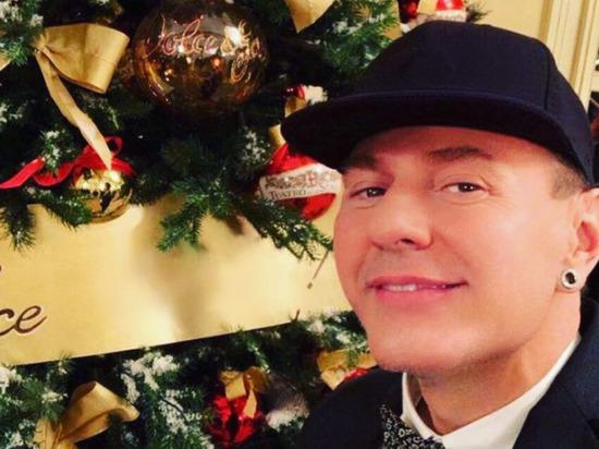 Стилист многих звезд эстрады Александр Шевчук умер в возрасте 54 года, сообщила в Instagram латвийская певица Лайма Вайкуле